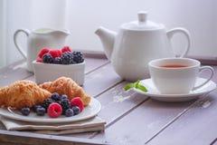 Matin frais de baies de petit déjeuner de thé de café de croissant européen de lait Photos libres de droits