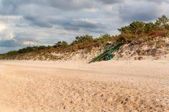 Matin froid d'automne de côte de mer baltique sur la plage Cordon coloré d'érosion seashore photographie stock
