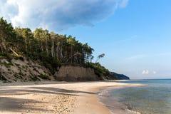 Matin froid d'automne de côte de mer baltique sur la plage Cordon coloré d'érosion seashore images stock
