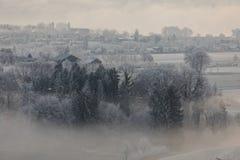 Matin froid d'hiver avec le brouillard dans Sursee en Suisse centrale photos stock