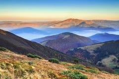 Matin incroyablement beau d'une aube brumeuse d'automne dans les montagnes Images libres de droits
