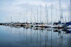 Matin nuageux dans le port Photo stock