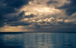 Matin nuageux dramatique image stock