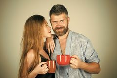 Matin parfait avec du café Homme et fille avec du vin chaud sur le fond gris Photographie stock