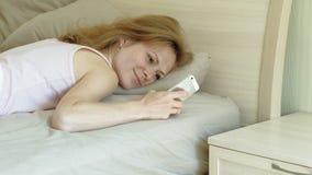 Matin R?veil des femmes dans le lit clips vidéos