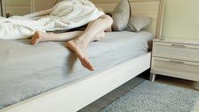Matin R?veil des femmes dans le lit banque de vidéos