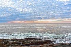 Matin se levant outre de l'océan de Maine Photographie stock