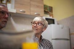 Matin supérieur de couples dans la cuisine image libre de droits