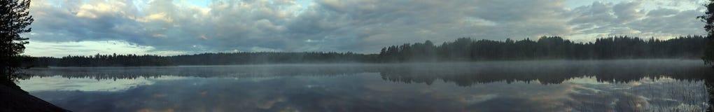 Matin sur le lac sauvage de forêt Photo libre de droits