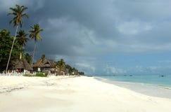 Matin tropical exotique d'été de plage à Zanzibar photo stock