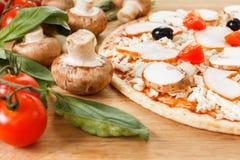 Matingredienser för pizza på tabellslut upp royaltyfri foto