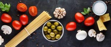 Matingredienser f?r italiensk pasta, spagetti p? den svarta stenen kritiserar bakgrund baner royaltyfria bilder
