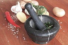 Matingredienser - grönsaker och örtar i mortel Fotografering för Bildbyråer