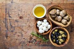 Matingredienser på träbakgrunden liten mozzarella, mus Fotografering för Bildbyråer