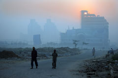 Matins de l'hiver de la Nouvelle Delhi et brume brumeuse, Inde Image libre de droits