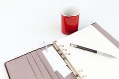 Matita del diario della pagina in bianco e tazza di caffè rossa Immagini Stock