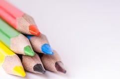 Matita di colore su una priorità bassa bianca Linee di matite Concetto di formazione Fotografie Stock Libere da Diritti