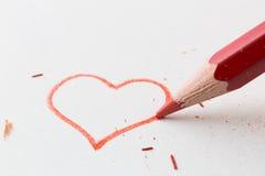 Matita di colore visualizzata nel cuore di amore immagini stock libere da diritti