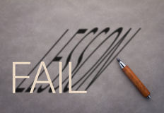 Matita di legno con la parola di venire a mancare e la parola di lezione Immagine Stock Libera da Diritti