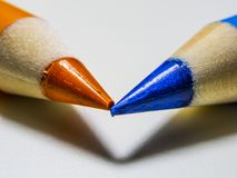 matita due su una macro scala fotografie stock