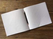 Matita e album da disegno su una tavola Fotografie Stock