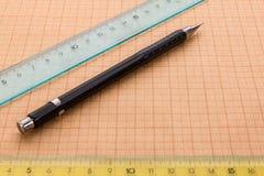 Matita e righello meccanici su carta millimetrata Fotografie Stock Libere da Diritti