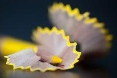 Matita e trucioli gialli su fondo nero closeup fotografia stock