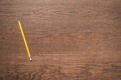 Matita gialla su fondo di legno Immagini Stock Libere da Diritti