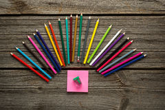 Matita, penna ed altri rifornimenti di scuola su di legno Fotografie Stock