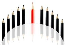 Matita rossa fra le matite nere Fotografia Stock Libera da Diritti