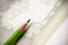 Matita verde sulla piastrellatura del bagno di chechers illustrata Fotografia Stock