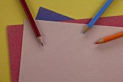 Matite affilate pronte a scrivere su carta variopinta immagine stock libera da diritti