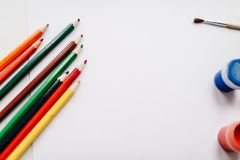 Matite colorate, acquerello, pitture, spazzola, sketchbook, Libro Bianco isolato sulla tavola del fondo Vista superiore dei rifor fotografie stock libere da diritti