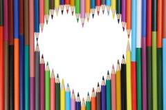Matite colorate che formano un argomento di amore del cuore fotografia stock