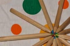 Matite colorate disposte come i raggi Come un Sun immagini stock