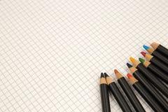 Matite colorate e carta quadrata, ritorno ai vecchi modi del disegno e concetto di coloritura fotografia stock libera da diritti