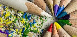 Matite colorate e dettaglio dei trucioli di legno immagini stock libere da diritti