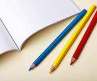 Matite colorate e libro in bianco immagini stock libere da diritti