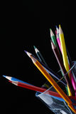 Matite colorate nella priorità bassa nera di vetro libera Immagini Stock Libere da Diritti