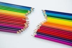Matite colorate sistemate in una fila Immagini Stock