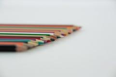 Matite colorate sistemate in una fila Fotografia Stock Libera da Diritti