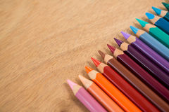 Matite colorate sistemate in una fila Fotografie Stock Libere da Diritti