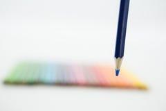 Matite colorate sistemate in una fila Fotografia Stock