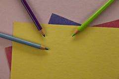 Matite colorate su carta variopinta. fotografia stock libera da diritti