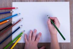 Matite colorate su Libro Bianco di nuovo al concetto della scuola - ` s del bambino Fotografia Stock