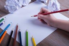 Matite colorate su Libro Bianco di nuovo al concetto della scuola - ` s del bambino Immagini Stock