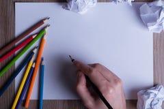 Matite colorate su Libro Bianco, uomo, mano, di nuovo al concep della scuola Immagine Stock