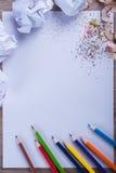 Matite colorate su Libro Bianco, uomo, mano, di nuovo al concep della scuola Fotografia Stock Libera da Diritti