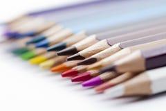 Matite colorate su priorità bassa bianca Fotografie Stock Libere da Diritti