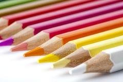 Matite colorate su priorità bassa bianca Fotografia Stock
